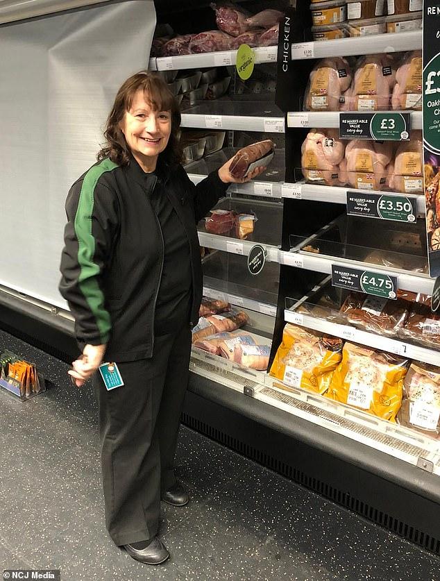 Elaine Thompson, 64, dari Killingworth, North Tyneside, bekerja di Marks & Spencer meskipun dia menang lotere 25 tahun lalu